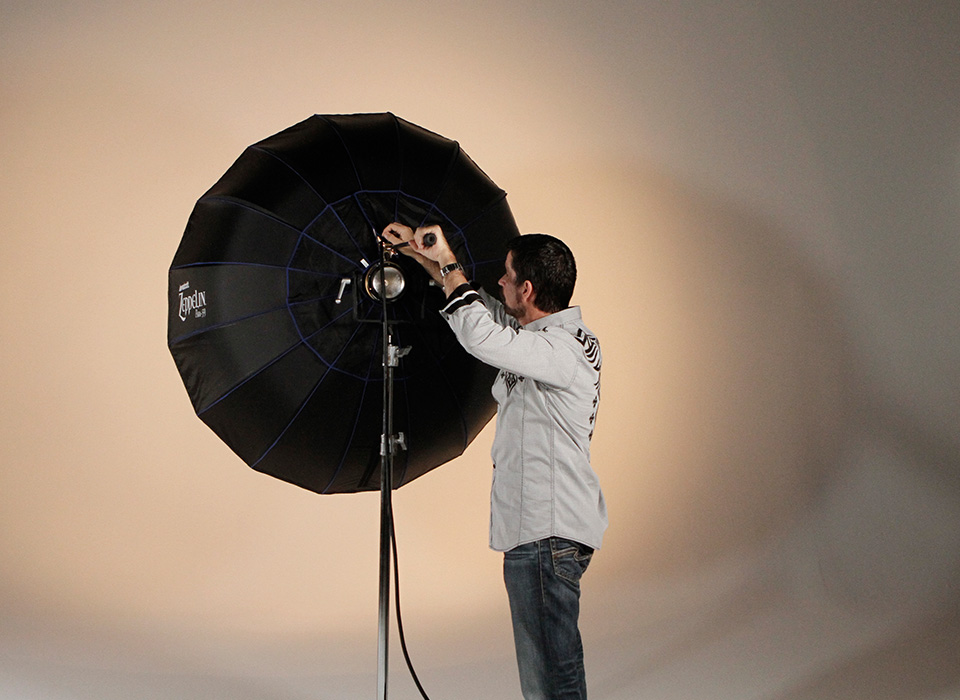 Adjusting light spread of Zeppelin softbox with mounting arm