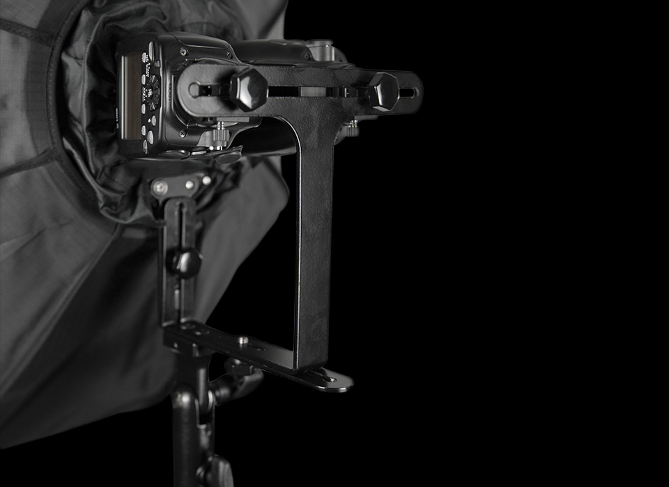 Speedlight mounting bracket